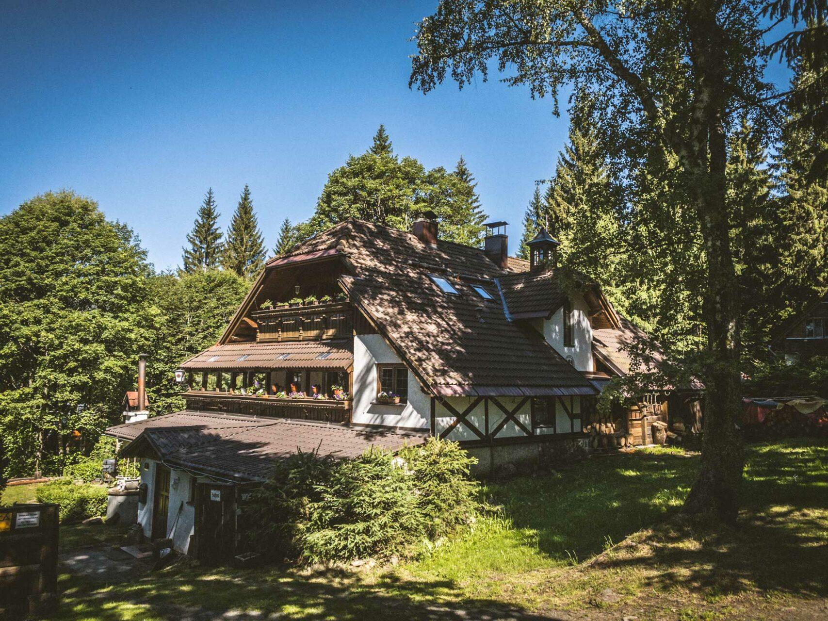 Rund um Špičák gibt es viele dieser Hütten, die sich im Wald verstecken und teils zur Vermietung angeboten werden