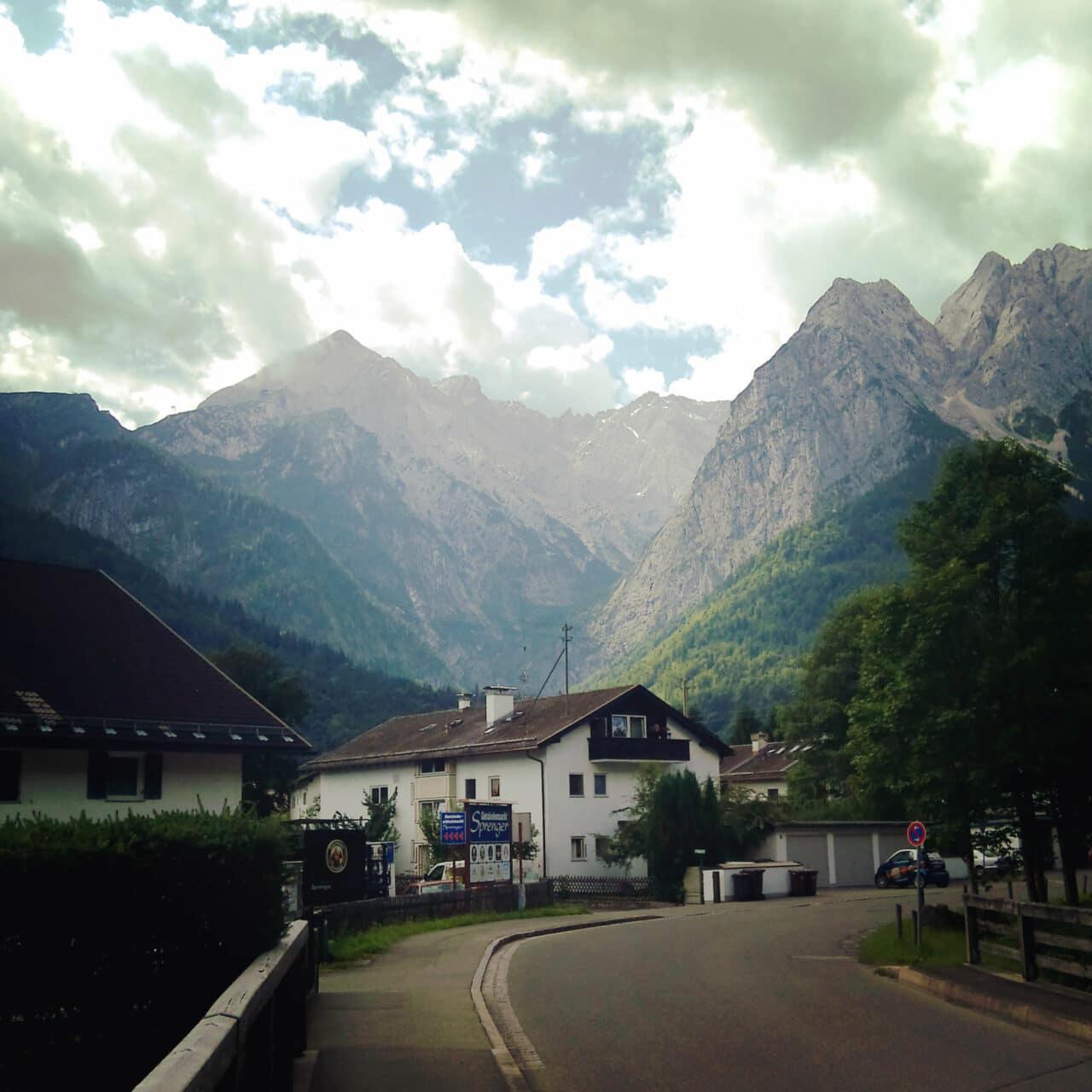 Verschlafen und ruhig liegt Hammersbach, während das gleichnamige Fluß´l geräuschvoll vorbeitost.