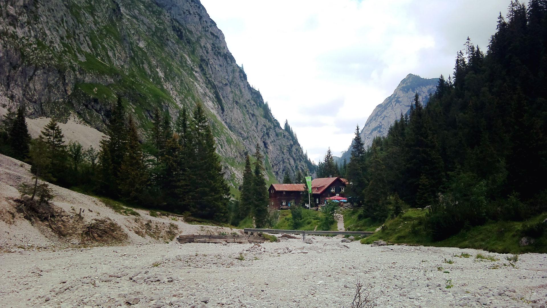 Idylisch liegt die Höllentalangerhütte auf knapp 1400m inmitten des Talkessels. Aber voll wars. Sehr voll.