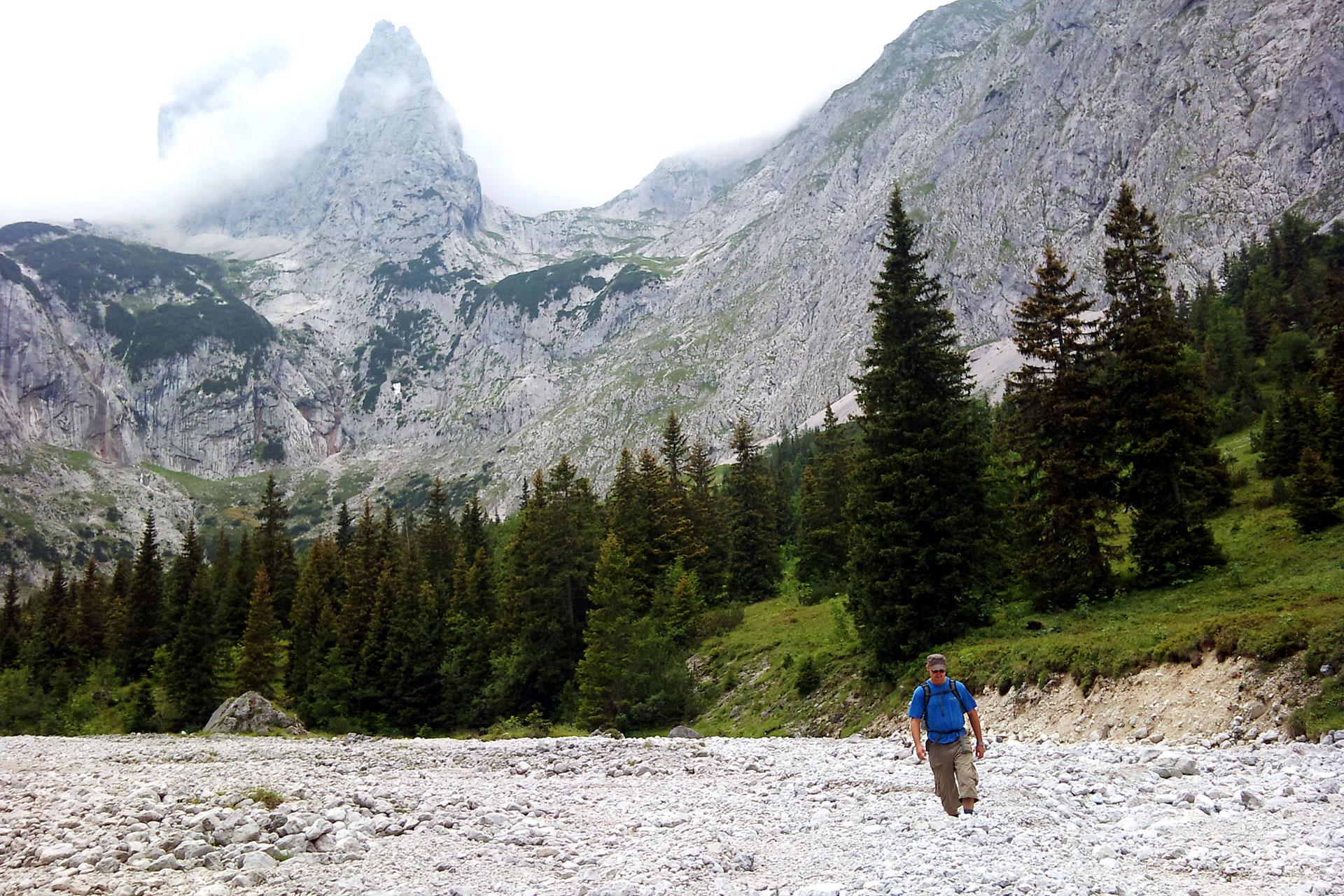 Nein, der Hammersbach, der hauptsächlich vom unterhalb der Zugspitze gelegenen Gletscher gespeist wird, ist hier nicht ausgetrocknet, sondern verläuft das Stück an der Hütte vorbei unterirdisch. Sehr zur Freude der Wanderer, die sich hier ungehemmt ausbreiten können.