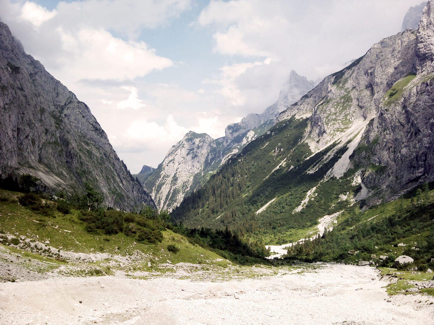 Bis zum Einstieg in den Klettersteig hinauf zur Zugspitze, das so genannte Brett, ist es zwar noch ein Stück, dafür verströmt das Höllental hier ein wenig kanadische Atmosphäre.