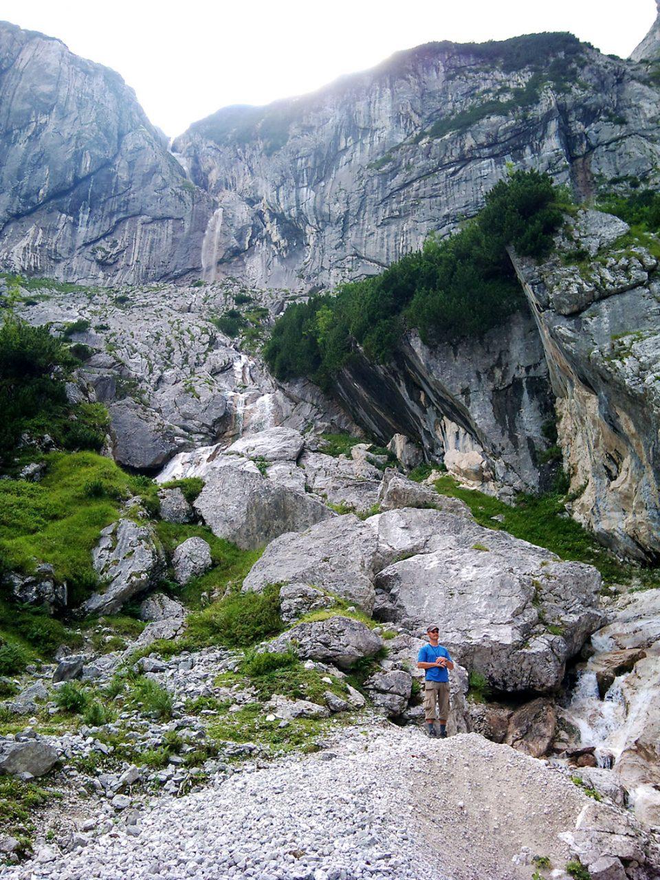 Am Ende des Höllentals wartet Einsamkeit und Ruhe. Und ein Wasserfall, der fast ausschließlich vom gleichnamigen Gletscher gespeist wird. Dementsprechend kalt war das Wasser.