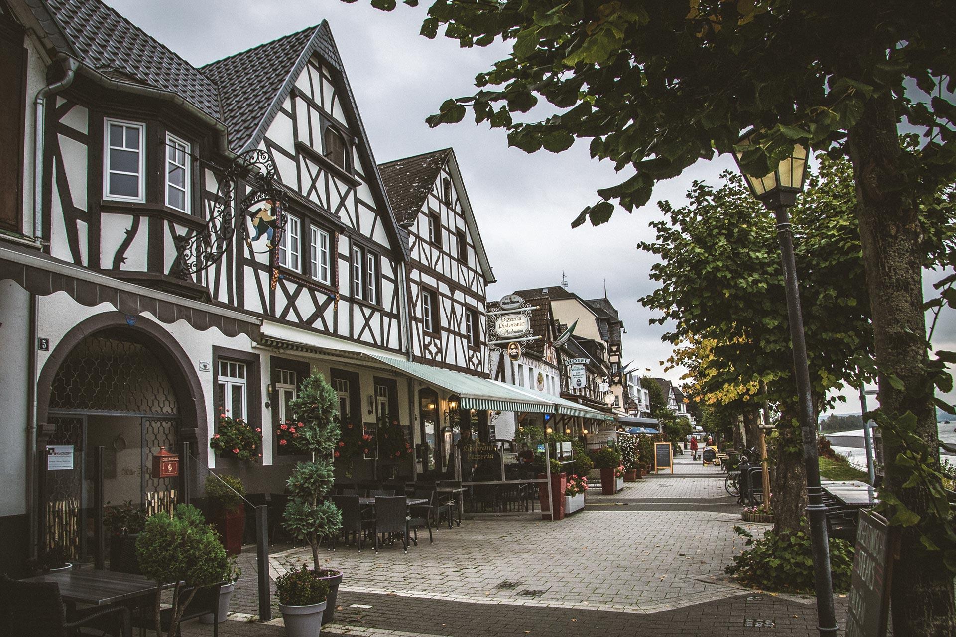 Die Altstadt Bad Breisigs zieht sich bis zur Uferpromenade am Rhein