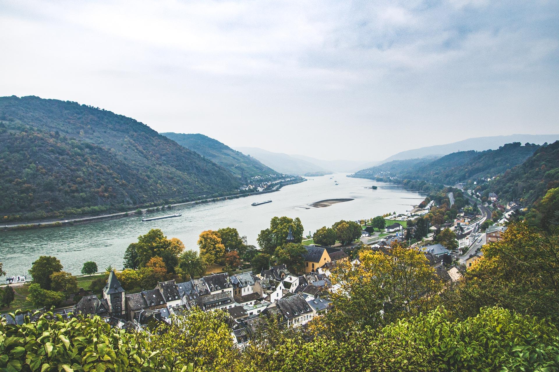 Es ist wahrscheinlich egal von wo; der Blick über Bacharach am Rhein ist an vielen Stellen traumhaft schön
