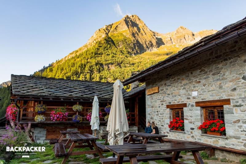 Direkt hinter dem Refugio öffnet sich ein Panorama italienischer Alpen