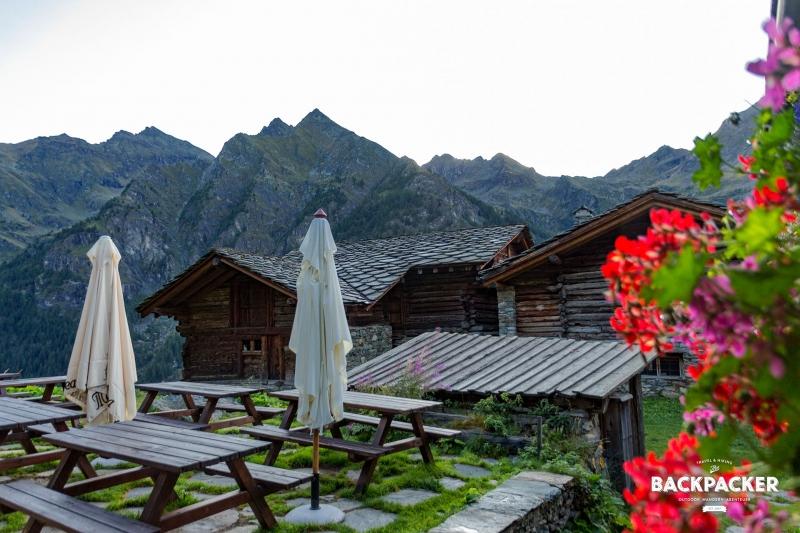 Noch versteckt sich die Sonne hinter den Bergen, doch die Dämmerung ermöglicht einen ersten Blick auf das Refugio Alpenzu.