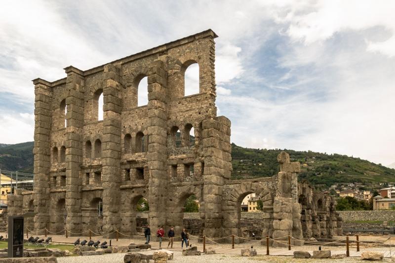 Die gut erhaltene Fassade des Teatro Romano vermittelt einen guten Einblick in altrömische Bauweise. Direkt dahinter über die drei Etagen verteilt tummelten sich die Besucher auf steilen Rängen. Wem hier schwindlig wurde, der konnte ganz schön tief fallen...