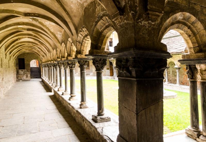 Na klar! Sieht man doch: Der Kreuzgang der Kirche Sankt Ursus geht auf das Jahr 1133 zurück und wurde von Handwerksmeisters aus der Lombardei und der Provence errichtet.