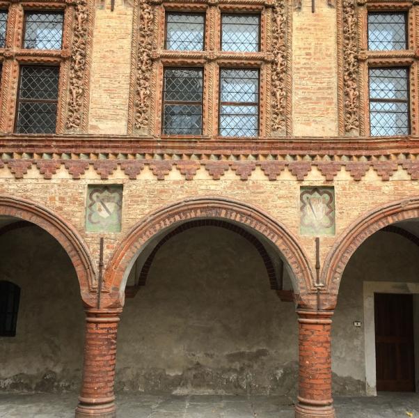 Die Kirche Sankt Ursus mit ihrem angrenzenden Säulengang ist in jeglicher Hinsicht ein Hingucker.