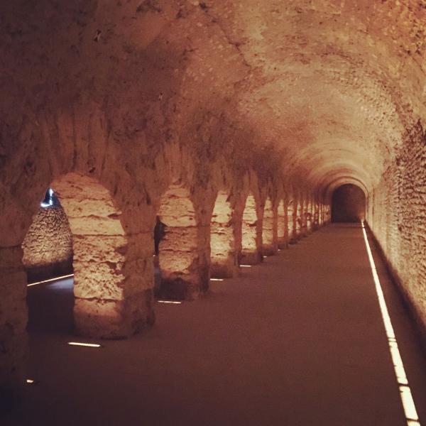 Von mächtigen Säulen getragen und unterhalb des heutigen Stadthorizonts gelegen lädt der altrömische Wandelgang zum Flanieren ein.