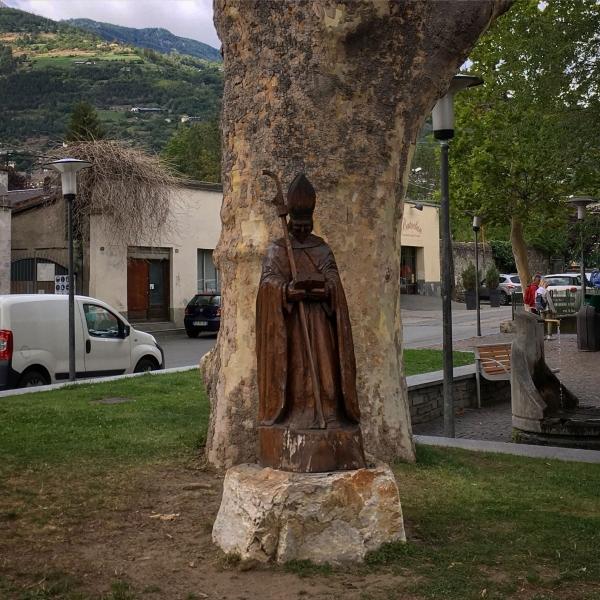 Am Eingang zur Altstadt, direkt neben dem östlichen Triumphbogen, wird dem Wirken des Bischofs Eusebio gewürdigt.