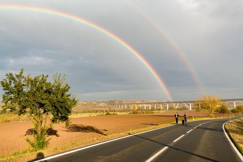Wetterwechsel mit Folgen – direkt über Nebra und der Unstrut zeichnen sich zwei riesige Regenbögen ab