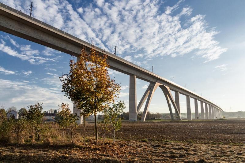 Mit gut 2.668 Meter Gesamtlänge ist die Unstruttalbrücke die zweitlängste Eisenbahnbrücke Deutschlands. Und häßlich ist sie auch noch.