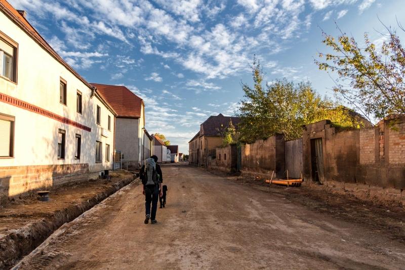 In Karsdorf wird gebaut. Eine neue Straße für immer weniger Einwohner. Auch in Karsdorf schwindet die Landbevölkerung und zieht in Großstädte.