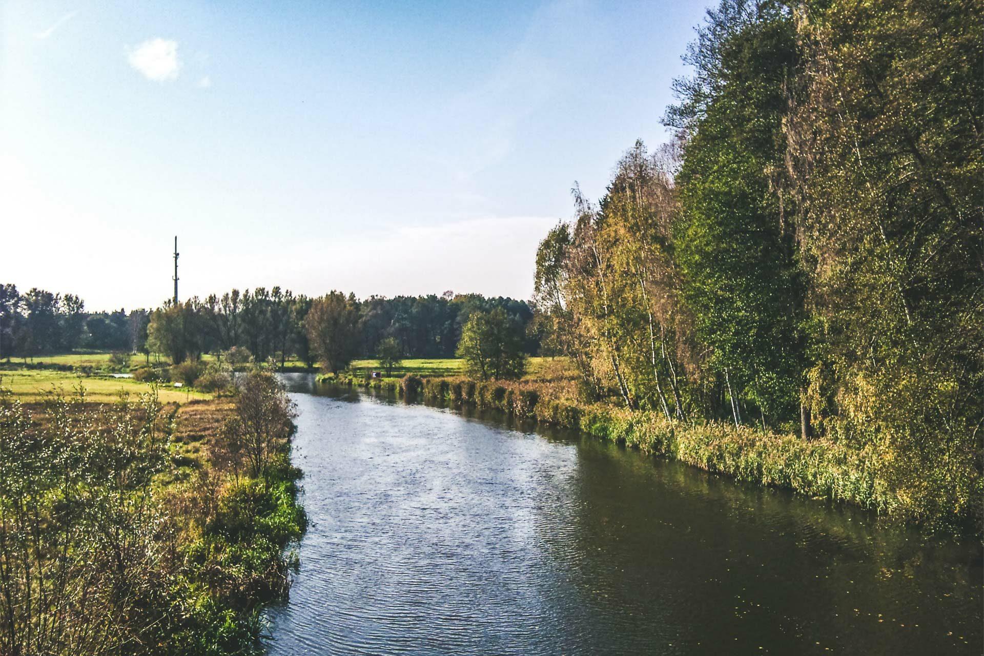 Entlang des Spree-Dahme-Umluftkanals ist die Luft ganz schön. Das Wasser aber auch.
