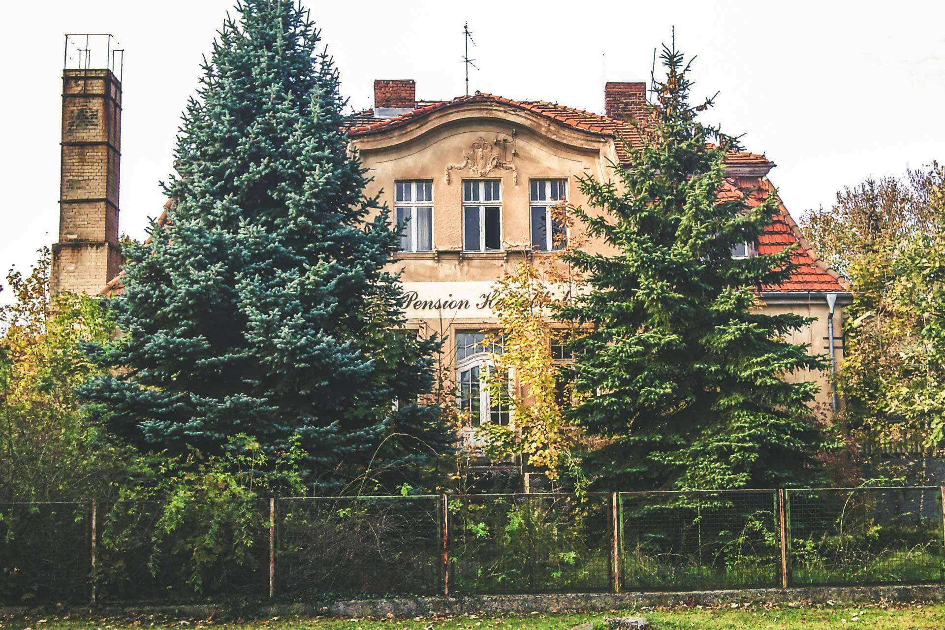 Zu DDR-Zeiten eine von den Oberen sehr gefragte Pension, heute nur noch Ruine. Naja, wird den meisten Oberen von damals auch nicht anders gehen.