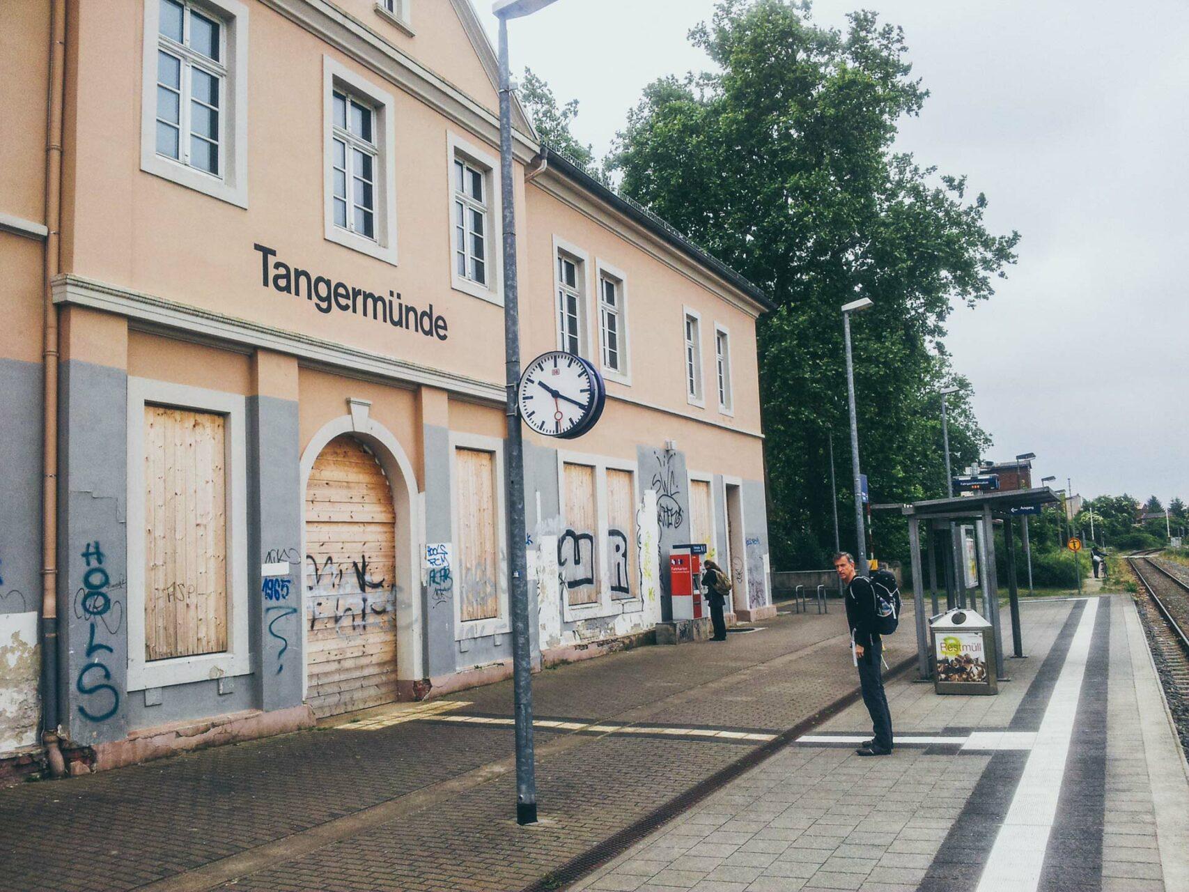 So sieht das einstige Tor zur Welt heute aus: der Bahnhof von Tangermünde. Kurz davor, nur noch Ruine zu sein.