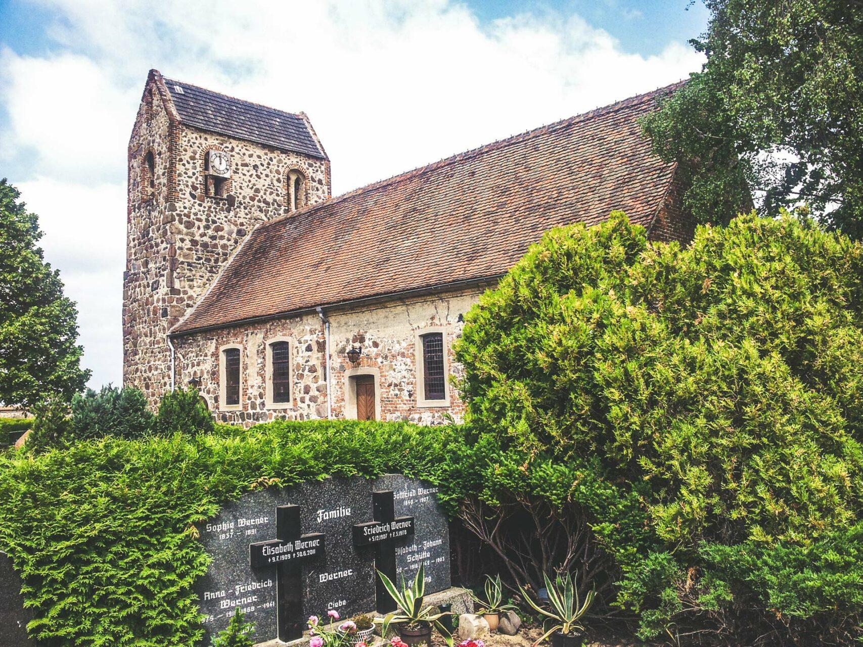 Die Kirche von Miltern aus dem 12. Jahrhundert ist noch original erhalten und im typischen Feldsteinbau errichtet. Die Chronik berichtet von einer Bruderschaft, die sich hier um Pilger, Kranke und Fremdlinge kümmerte.