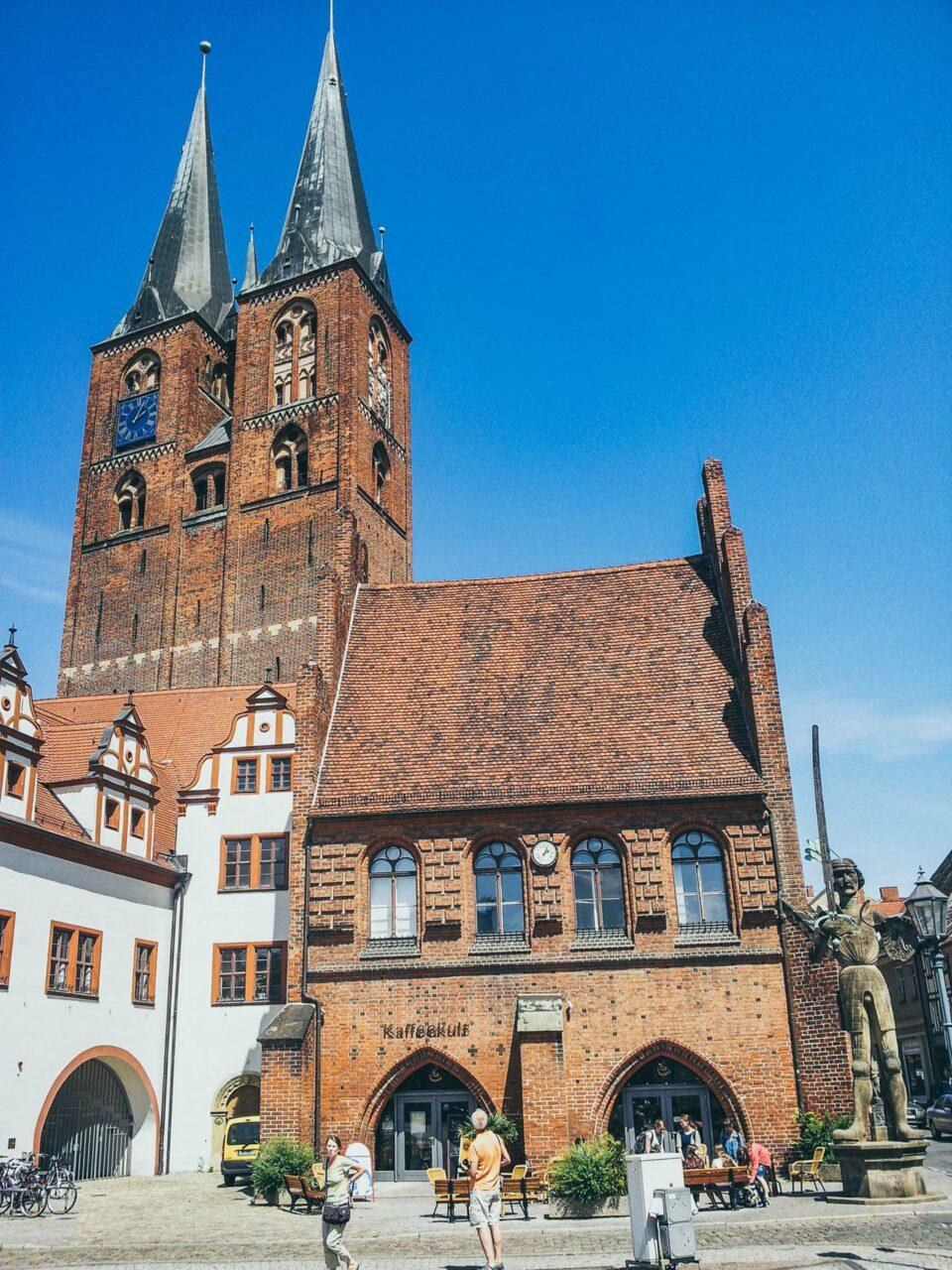 Die St. Marien Kirche in Stendal ist nicht nur opulent, sondern wartet auch mit einem riesigen Marien-Altar aus dem 13. Jhdt. auf.
