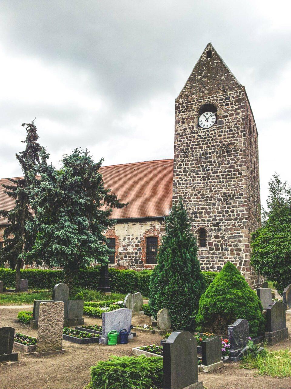 Die Dorfkirche in Heeren wurde bereits im 12. Jahrhundert aus Feldsteinen gebaut. Typisch für die vielen kleinen Dörfer entlang des Weges.