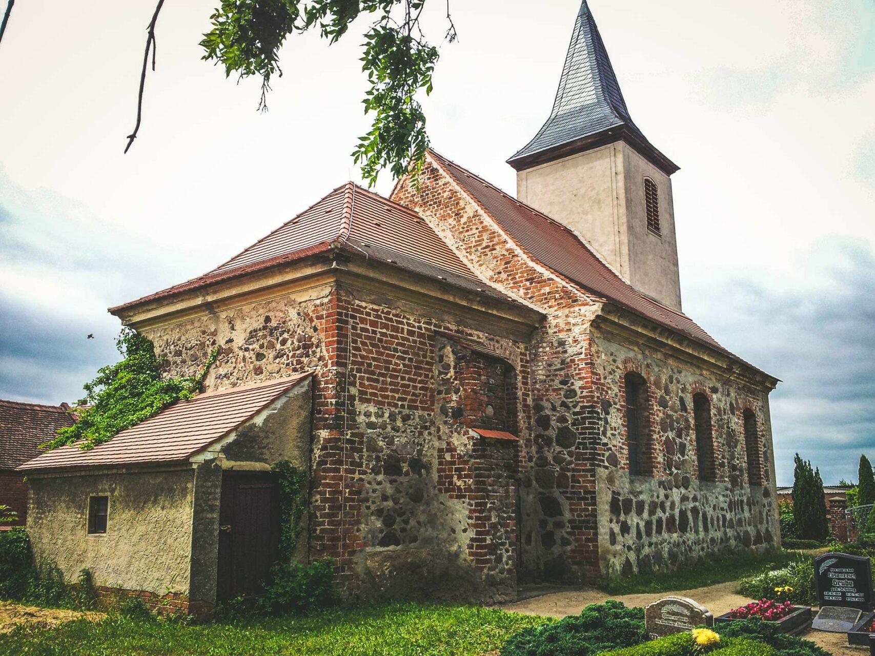 Stilmischung: Die Kirche in Grobleben wurde im 13. Jhdt. aus Feldsteinen erbaut und erfuhr nach dem 30-jährigen Krieg eine Renaissance im Barock-Stil.