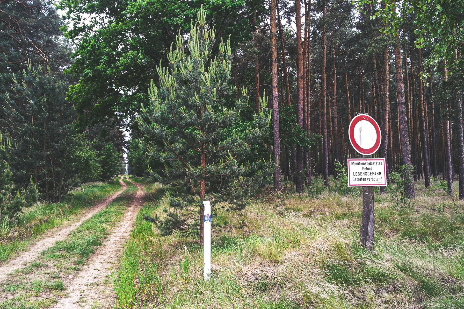 Jakobsweg im 21. Jahrhundert: Warnung vor Munitionsresten und Minengefahr. Aber nur abseits der Wege. Wer auf dem Pfade bleibt, dem droht keine Gefahr.