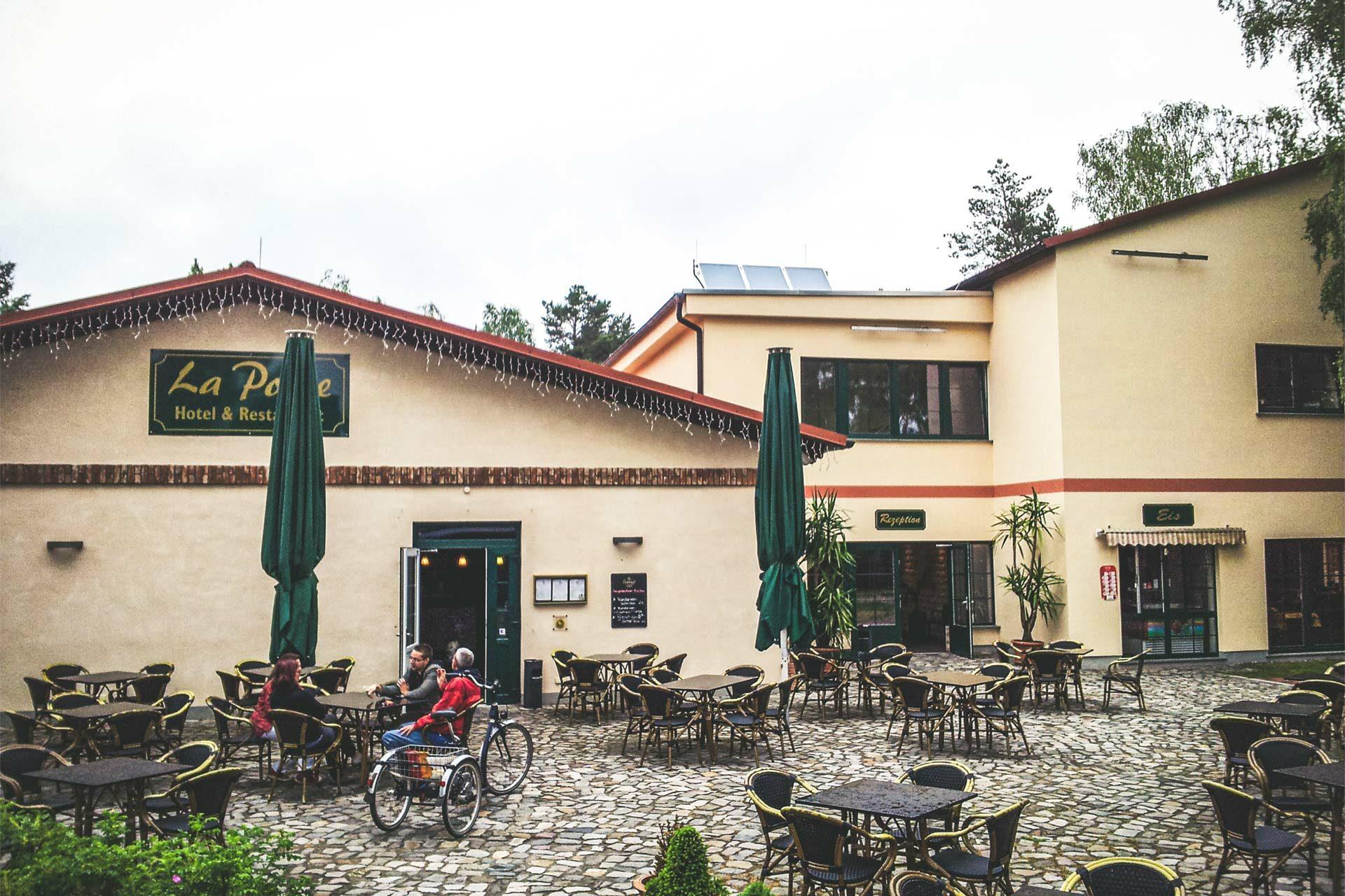 """Hotel und Restaurant \""""La Porte\"""" in Bertingen. Untergebracht wird man in den ehemaligen Baracken, in denen schon die Jungpioniere der DDR schliefen."""