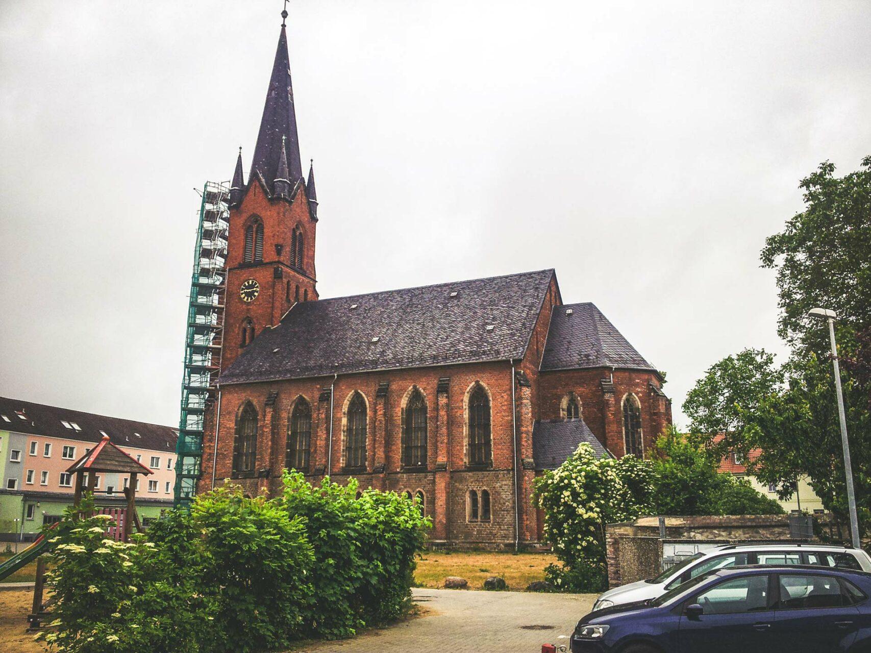 Die Kirche in Wolmirstedt ist eine ganz besondere. Außen alt und ehrwürdig...