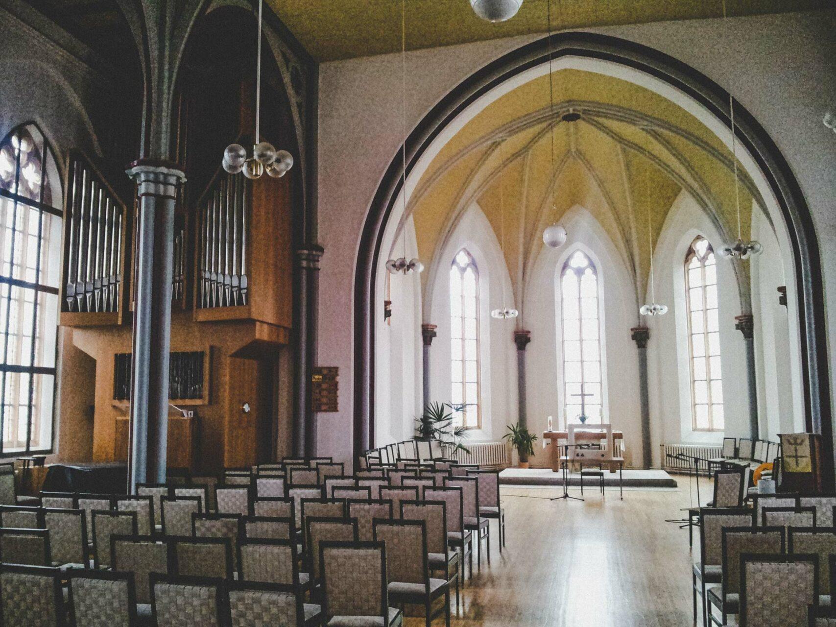 ... innen ganz der DDR-Architektur verschrieben. Ist die erste Kirche, nach deren Eingangstür man nicht direkt im Heiligsten steht, sondern erst einmal in einem Bürotrakt. Zum Kirchsaal geht es dann die Treppe hinauf und neben den Toiletten links.