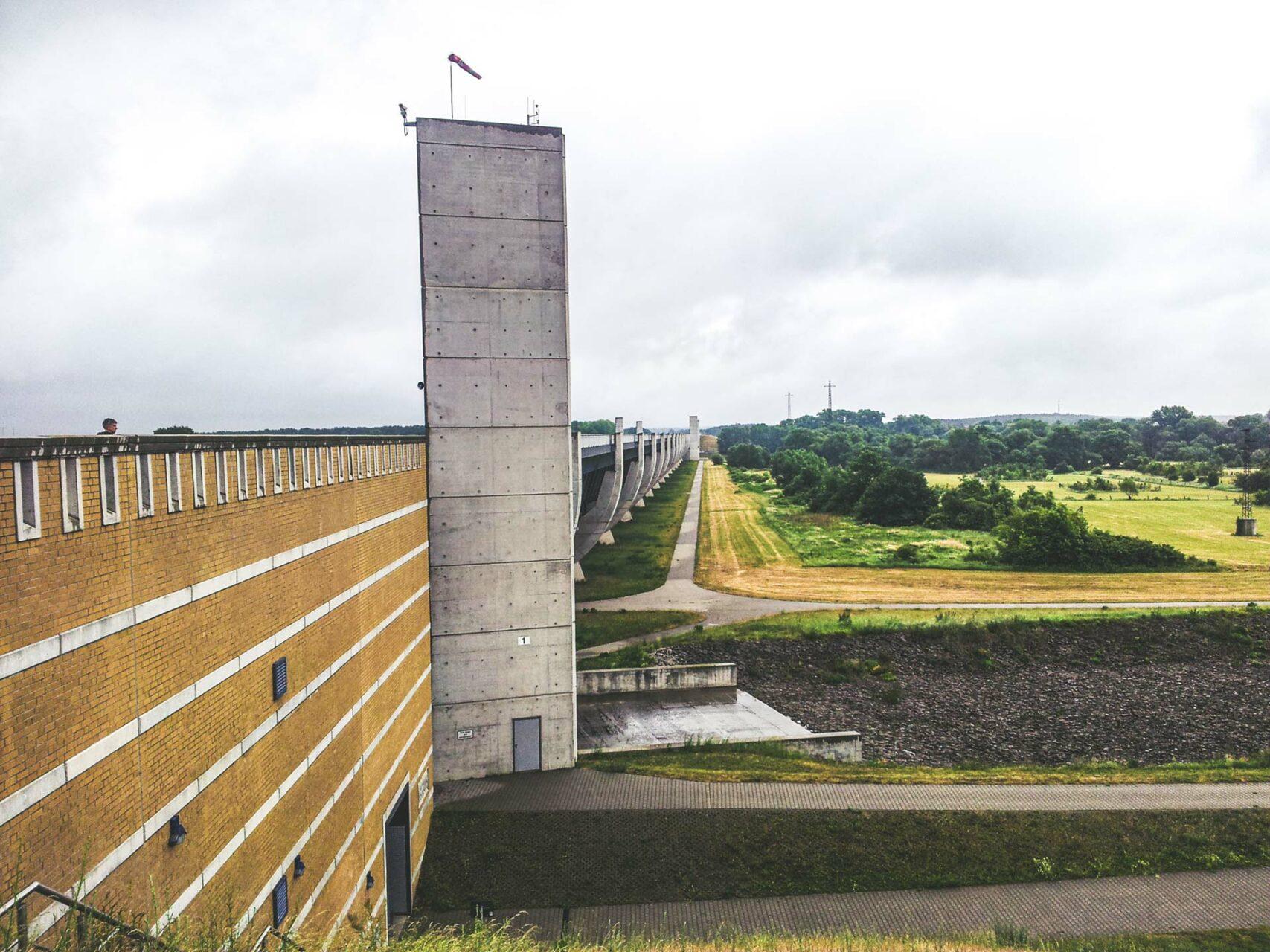 Der Mittellandkanal – eine Trogbrücke für Schiffe aller Art, um über die darunter fließende Elbe zu gelangen.