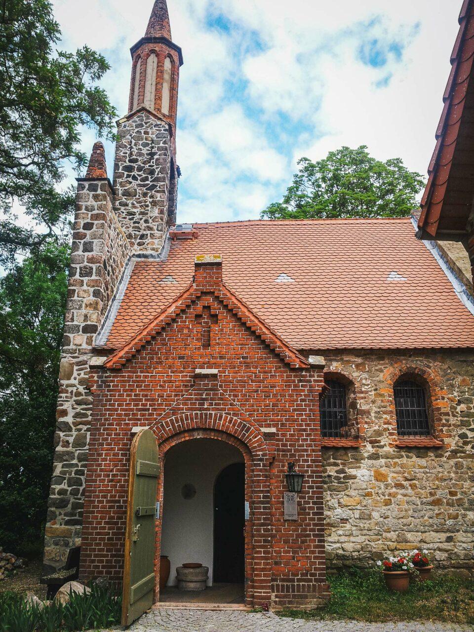 Funde legen nahe, dass Hohenwarthe schon um 2.500 v.Chr. besiedelt gewesen sein muss. Die Kirche stammt dagegen erst aus spätromanischer Zeit.