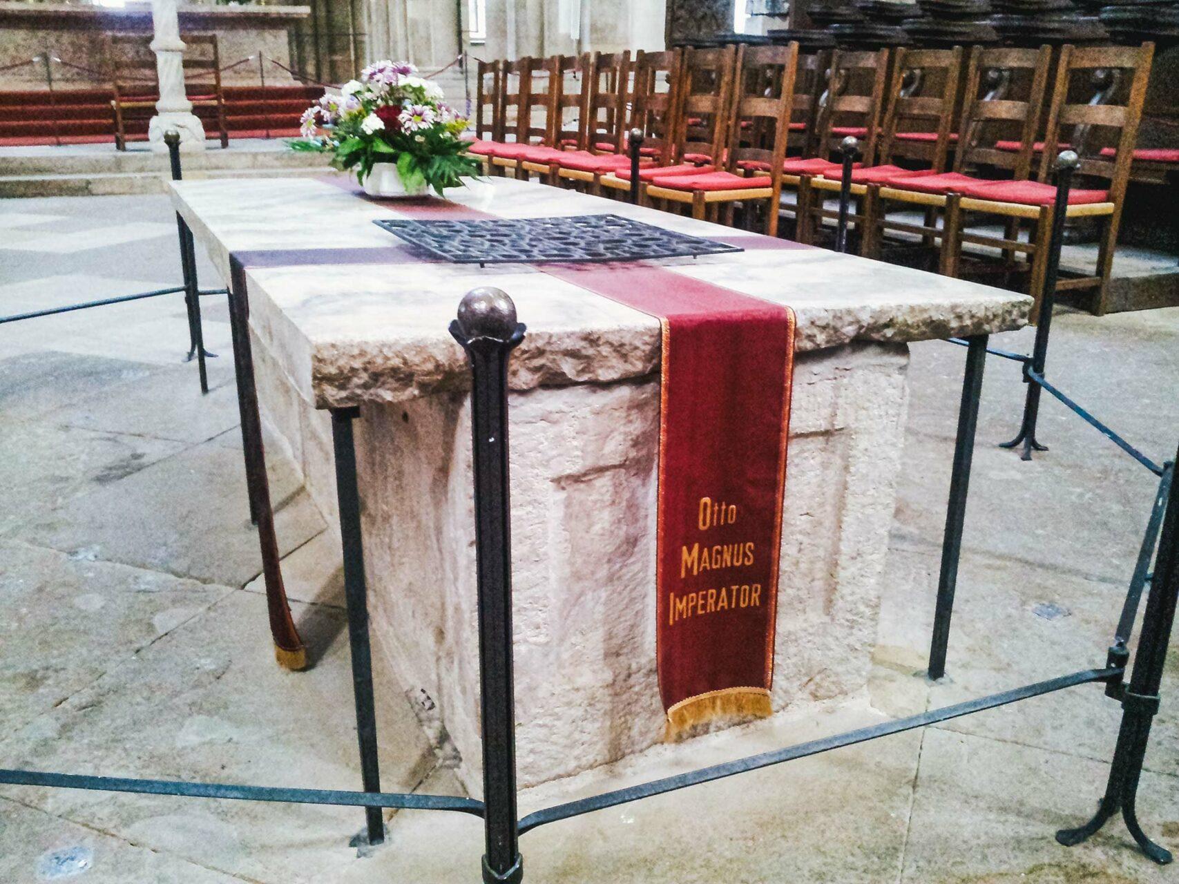 Inmitten des Dom's liegt er begraben: Otto I., gern auch der Große genannt. So groß kann er aber gar nicht gewesen sein, ick hätt in dem Ding kein Platz gefunden.