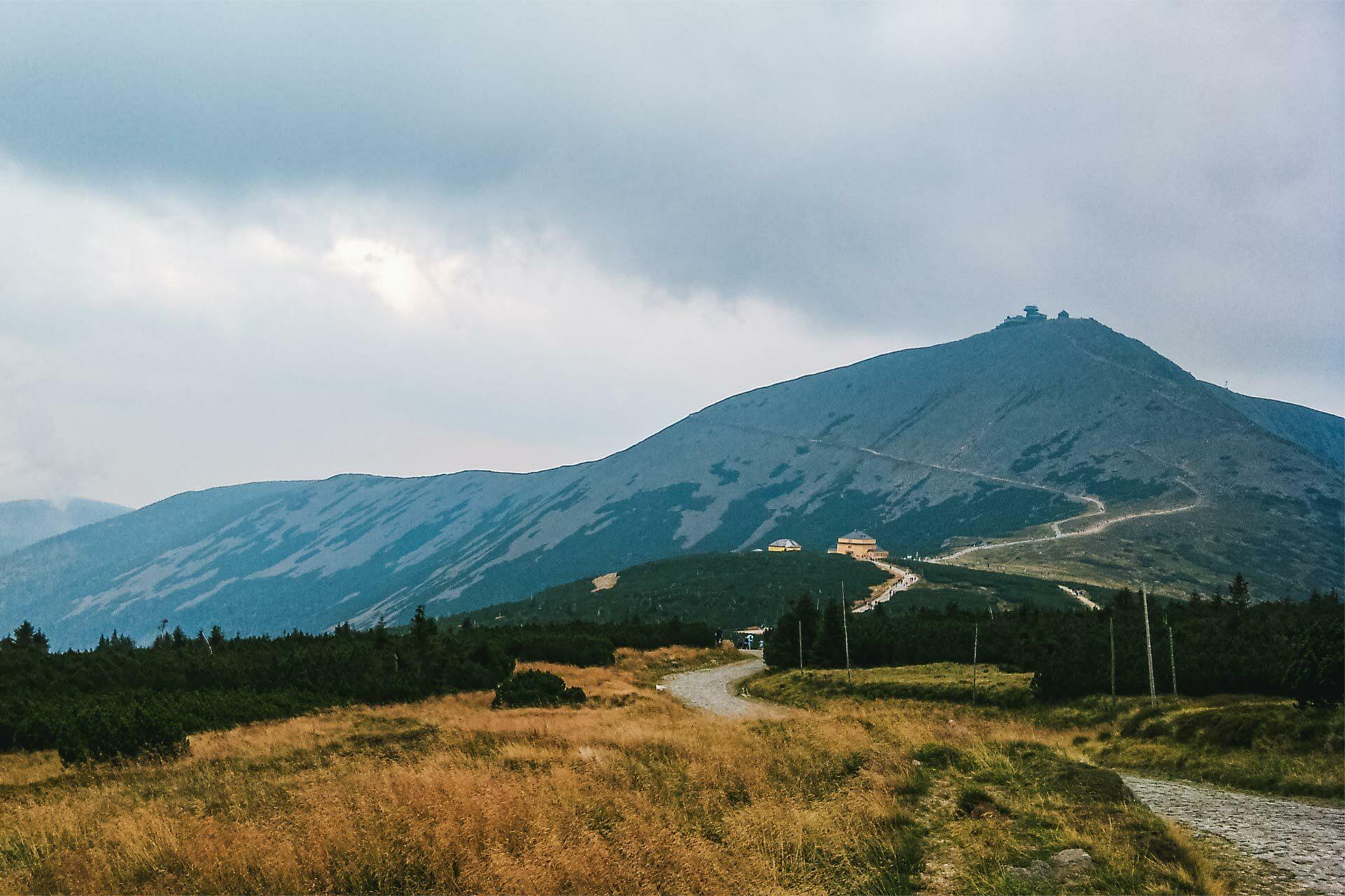 Finaler Endspurt. Noch 4 Kilometer sind es bis auf den Gipfel der Schneekoppe und der Nebel steigt schnell aus dem Tal hoch.
