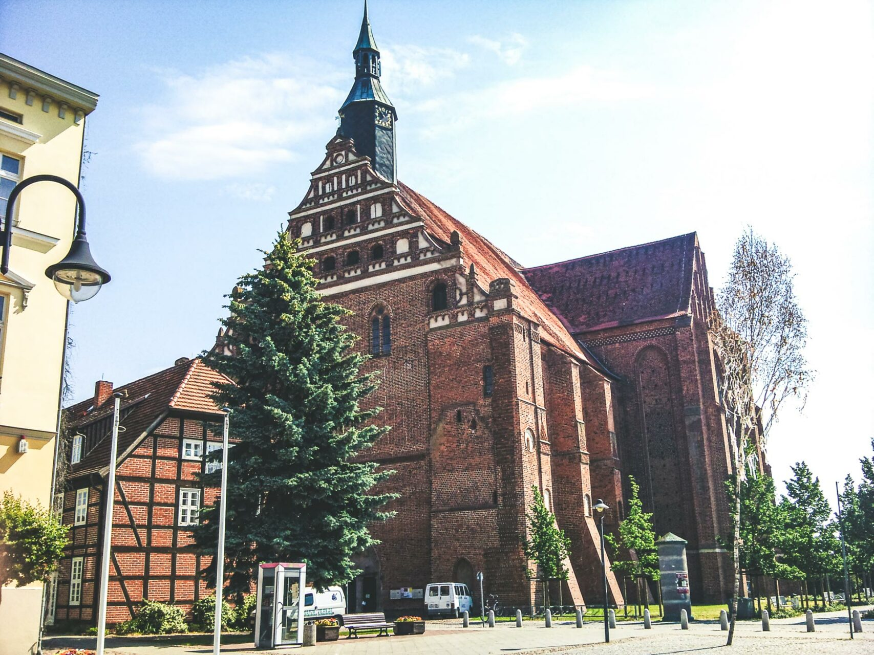 Die Wunderblutkirche in Bad Wilsnack im morgendlichen Sonnenschein. Ein paar Mal rundherum laufen und schon sind es ein paar Jahre weniger im Fegefeuer.