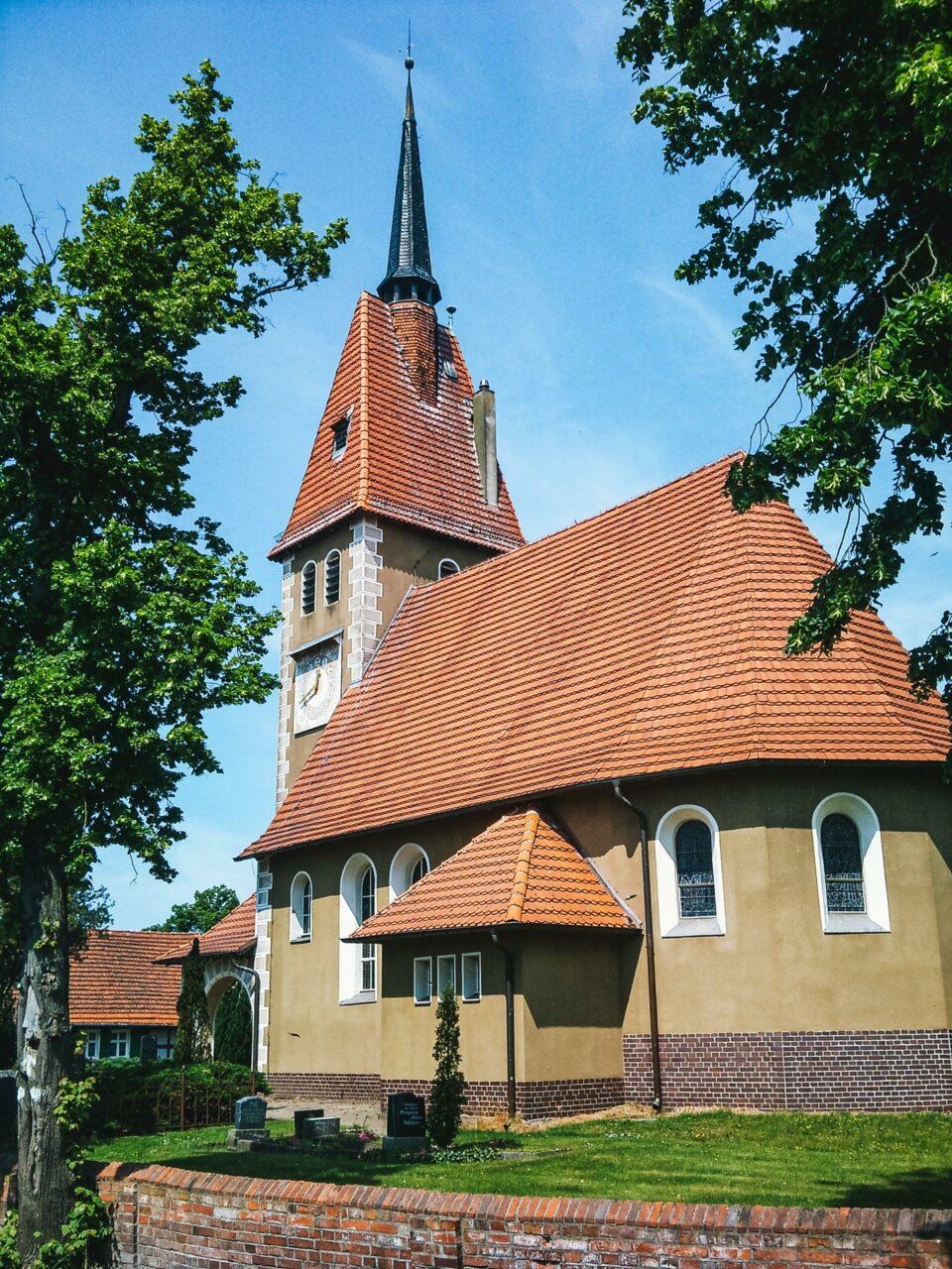 Ist der Ort auch noch so klein, ein Kirchlein mittendrin muss schon sein... Eine der vielen kleinen Kirchen unterwegs.
