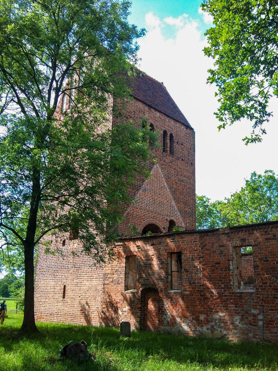 Die Kirchruine von Käcklitz. Nur der Turm und die Mauern stehen noch, der Rest des einst so blühenden Ortes ist verschwunden.