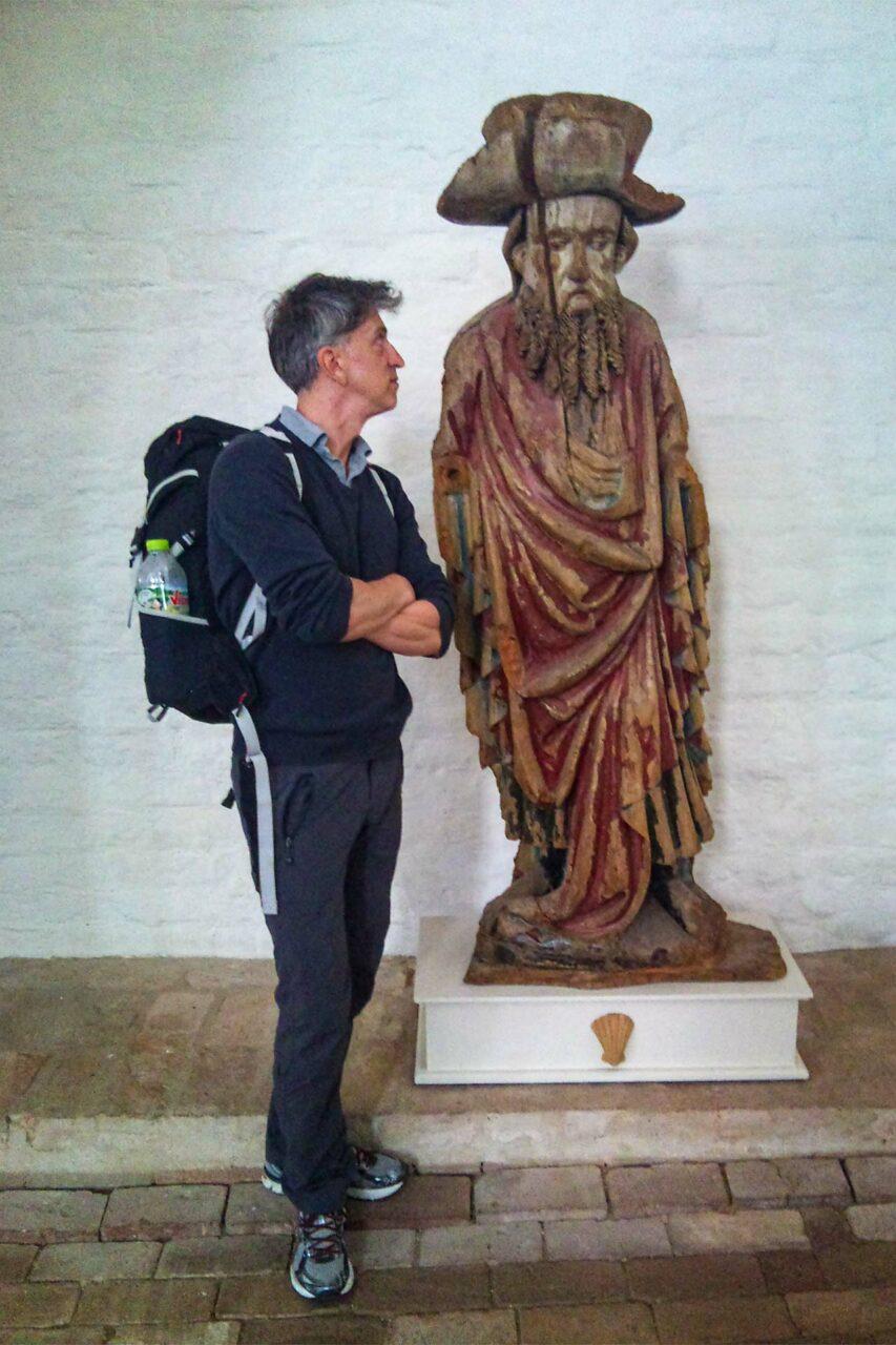 Die mannshohe Jakobsfigur in der Kirche St. Stephan zu Tangermünde. Dank der Muschel doch sehr eindeutig, oder?