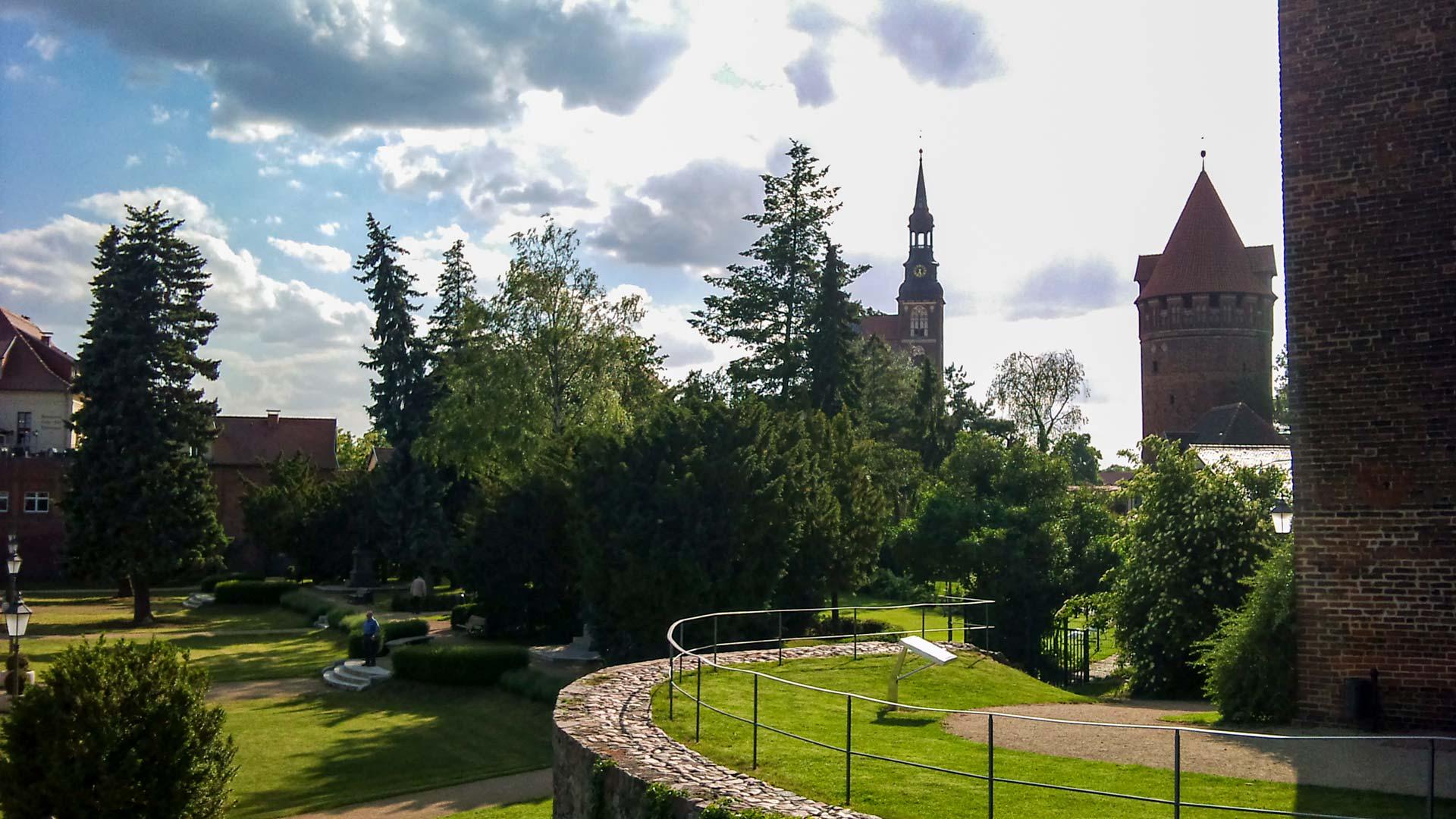 Der Garten auf der Burg mit viel Grün und recht idyllisch.