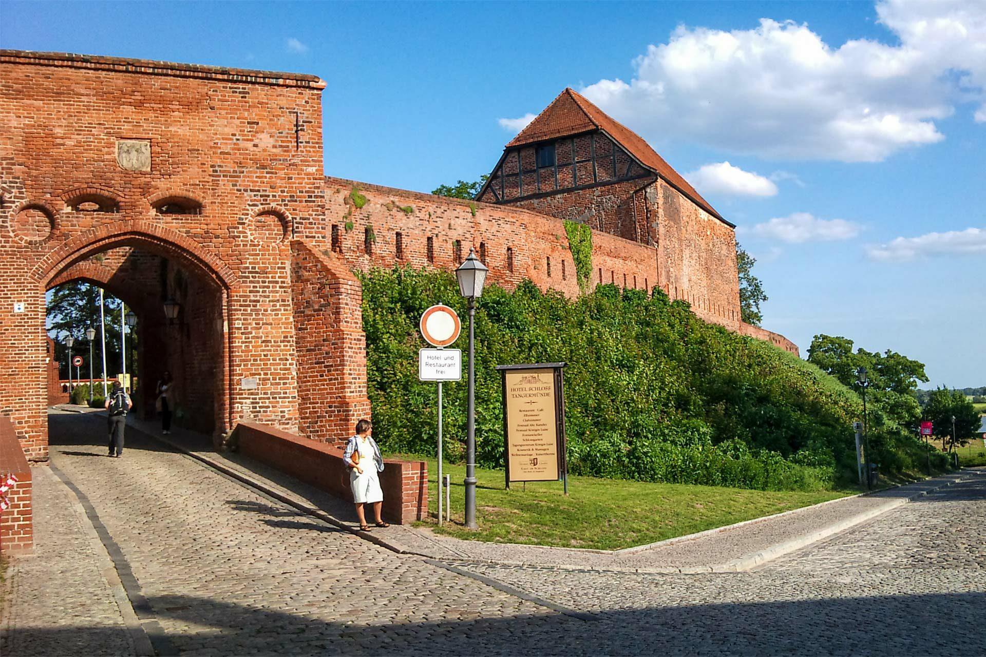 Mittelalterliches Flair trifft neue Mode - Posieren unterm Strassenschild... Und ganz hinten die Elbe.