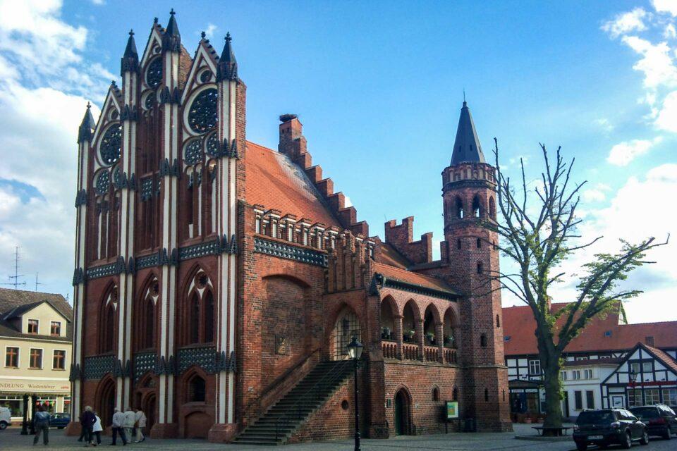 Ja, auch dieses Gebäude ist original erhalten und steht im Zentrum der Stadt Tangermünde. Es handelt sich hierbei um das Rathaus und man sieht ihm an, wie reich die Stadt im Mittelalter gewesen sein muss.