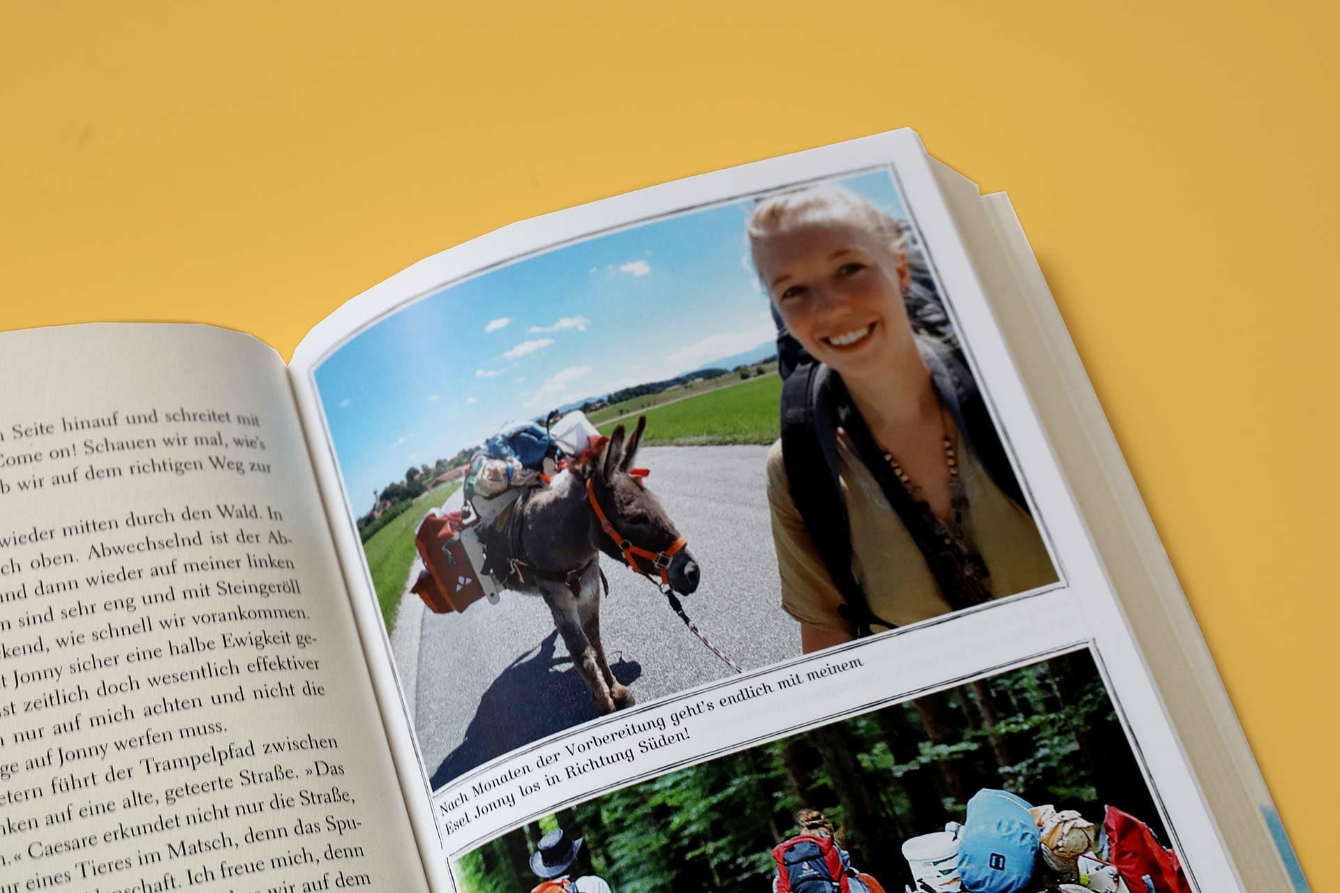 Die Autorin und Esel Jonny unterwegs über die Alpen