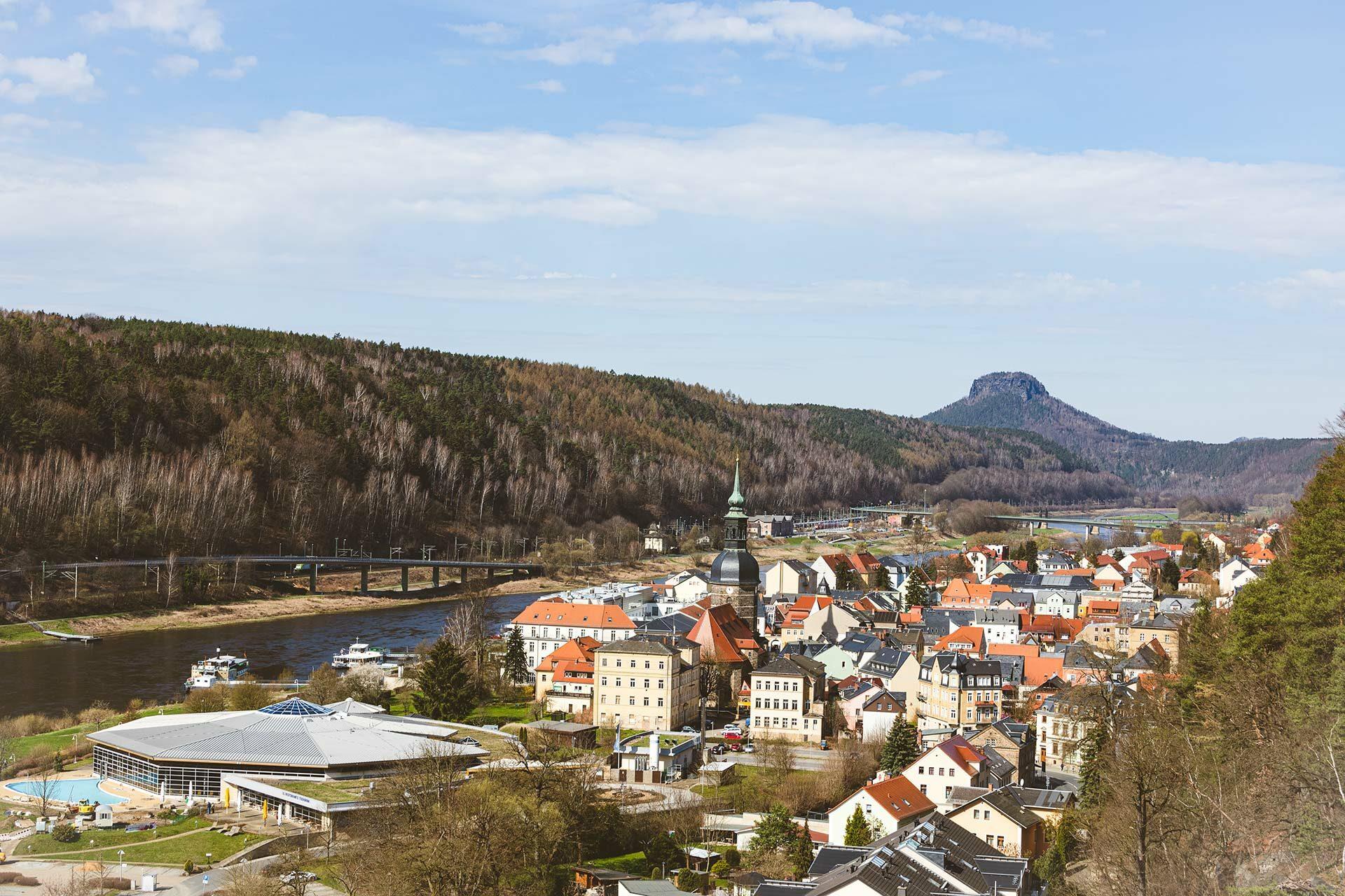 Von Bad Schandau wandern zum Historischen Aufzug Ostrau mit Blick über den Ort und auf den Lilienstein