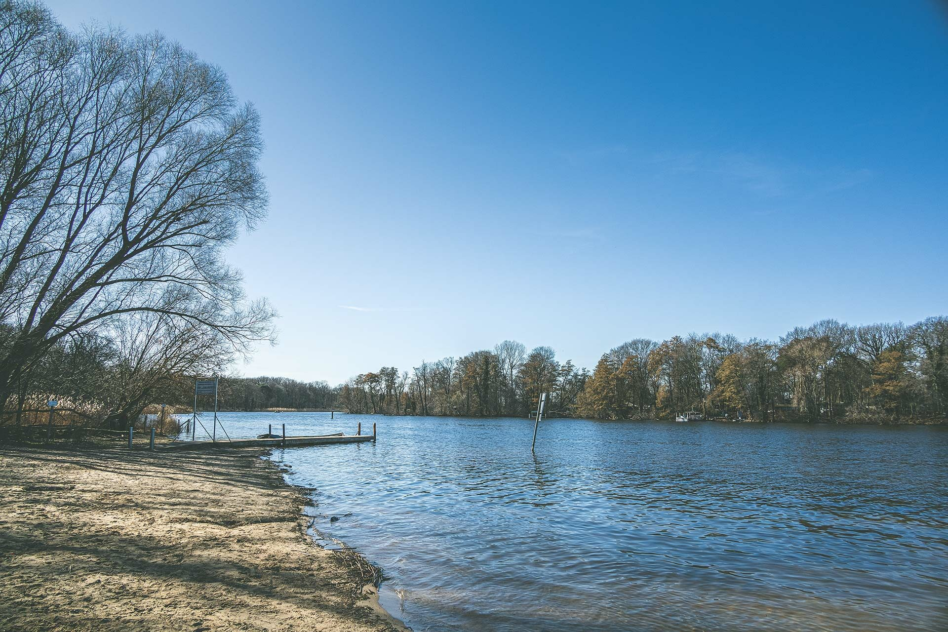 Am Reiswerder Strand im Forst Jungfernheide trifft Natur auf Mensch. Egal ob zum Angeln, für den Rudersport oder zum Baden – der Tegeler See ist beliebt.