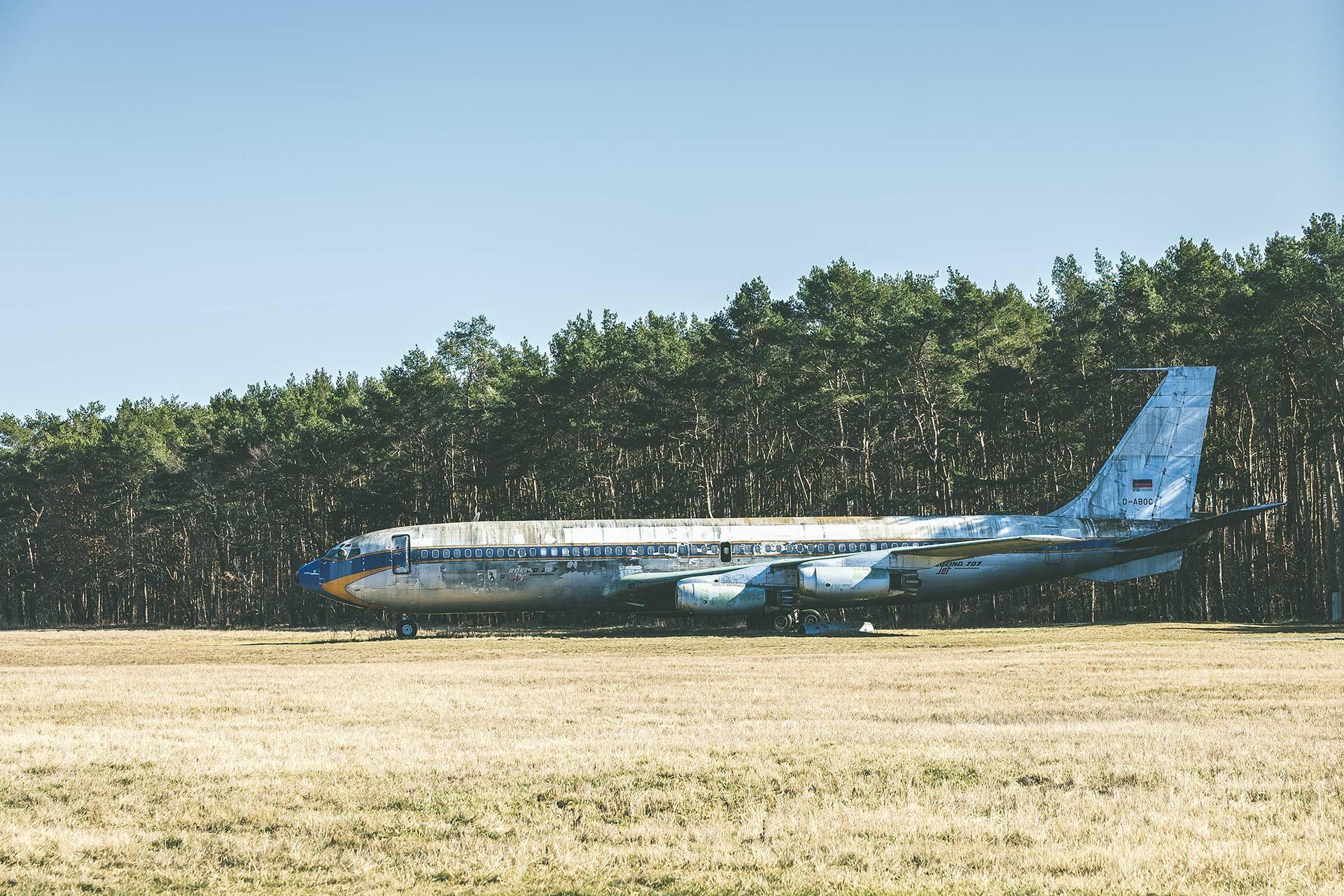 Auf dem Gelände des ehemaligen Flughafens Tegel steht in unmittelbarer Nähe zum Forst Jungfernheide der Korpus einer alten Boeing 707.