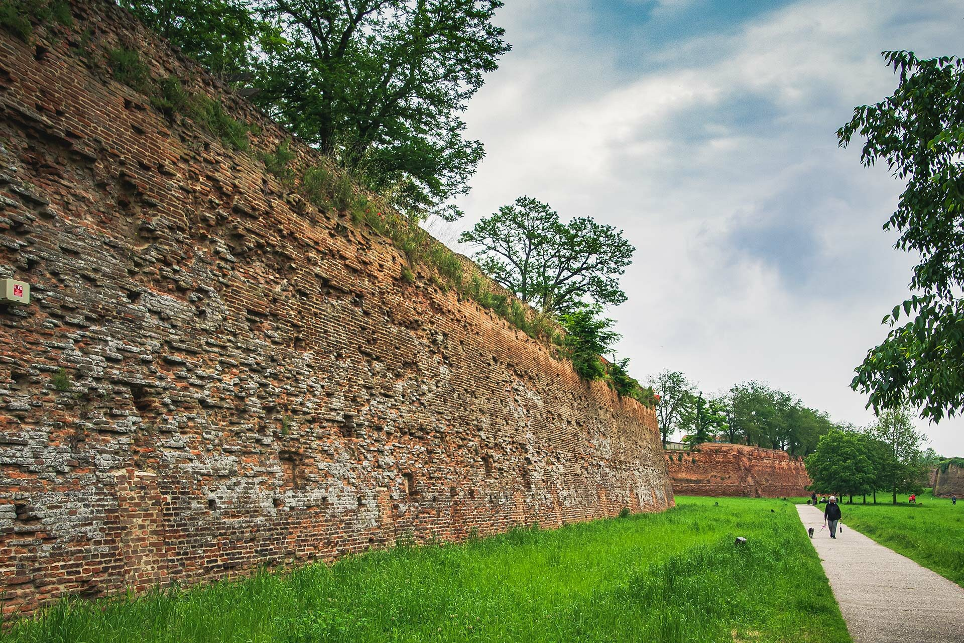 Die Stadtmauer trennt die Altstadt vom Rest Ferraras und lässt sich auf 9 Kilometern erwandern oder beradeln.