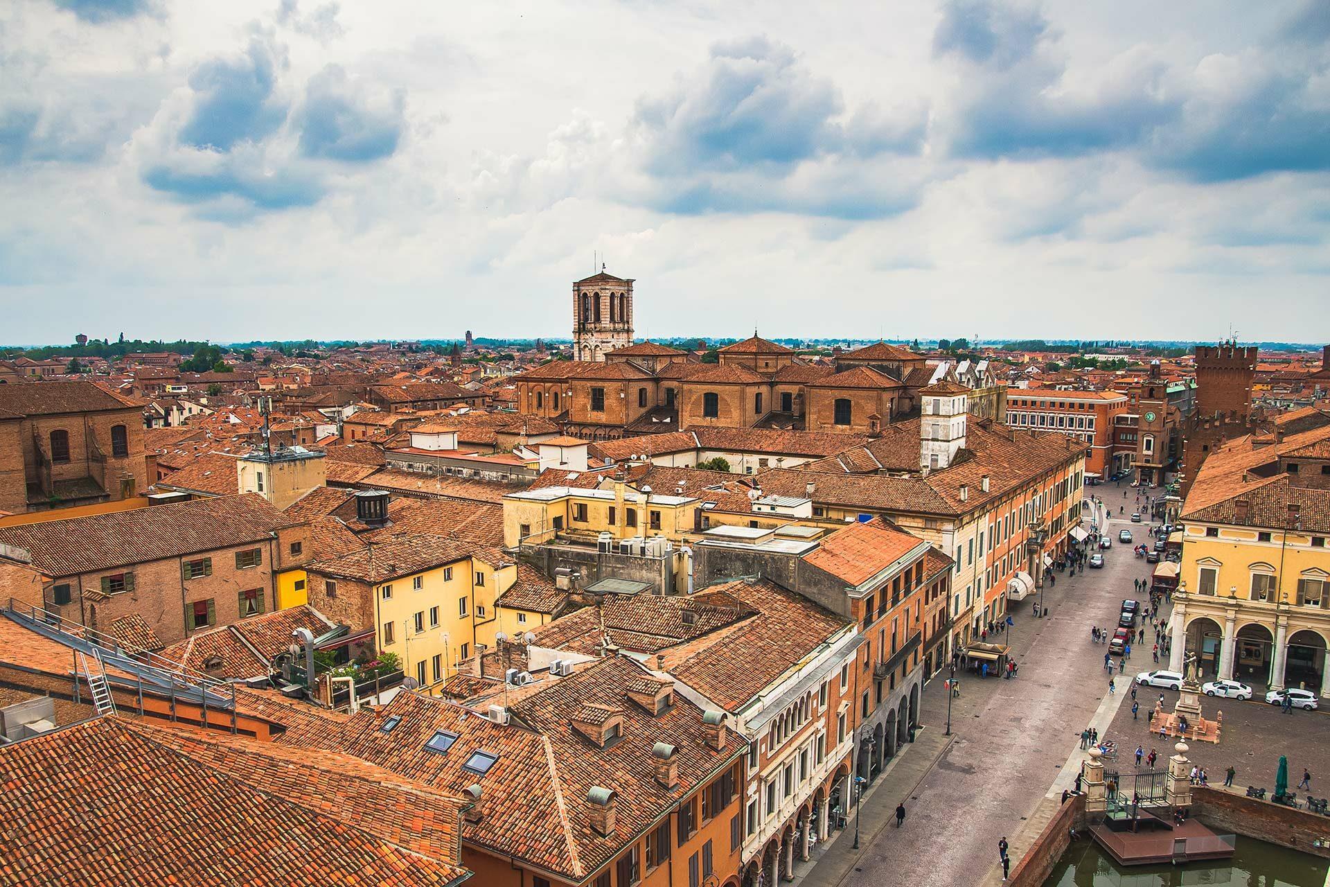 Einen wunderbaren Blick auf die Alstadt von Ferrara hat man von den Türmen des Castello Estense