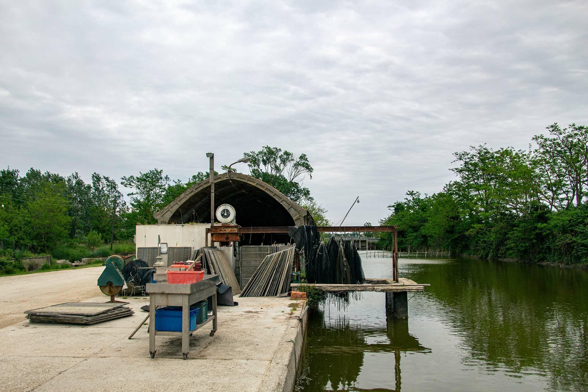 Die kleine Fischerhütte direkt am Kanal ist der ideale Ausgangsort für unsere Bootstour.