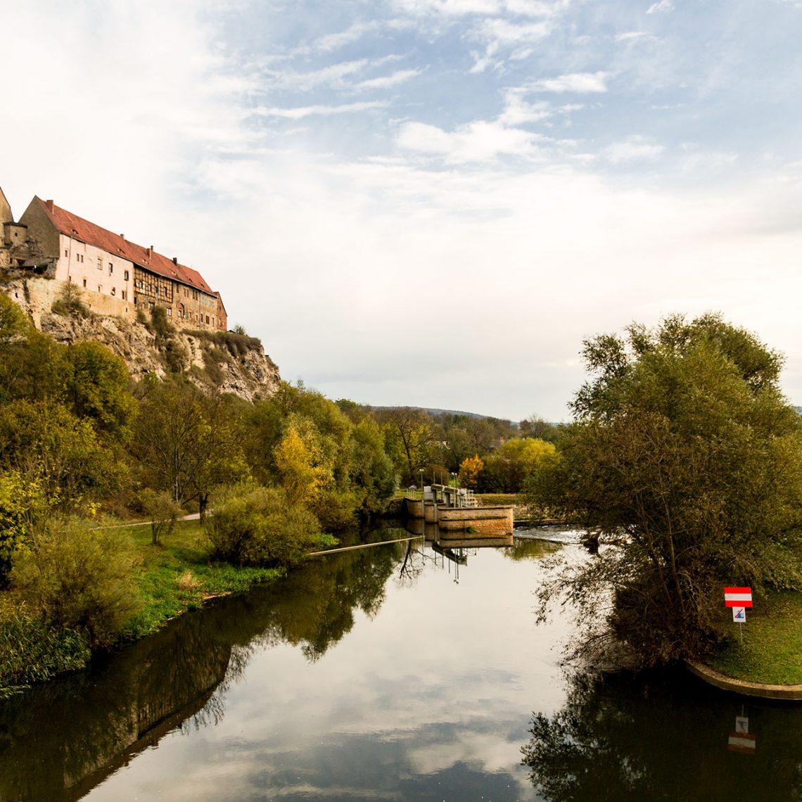 Hoch über der Unstrut und weithin sichtbar auf dem Fels thront sie die ehemalige Burg Wendelstein, in der heute Eigentumswohnungen untergebracht sind.