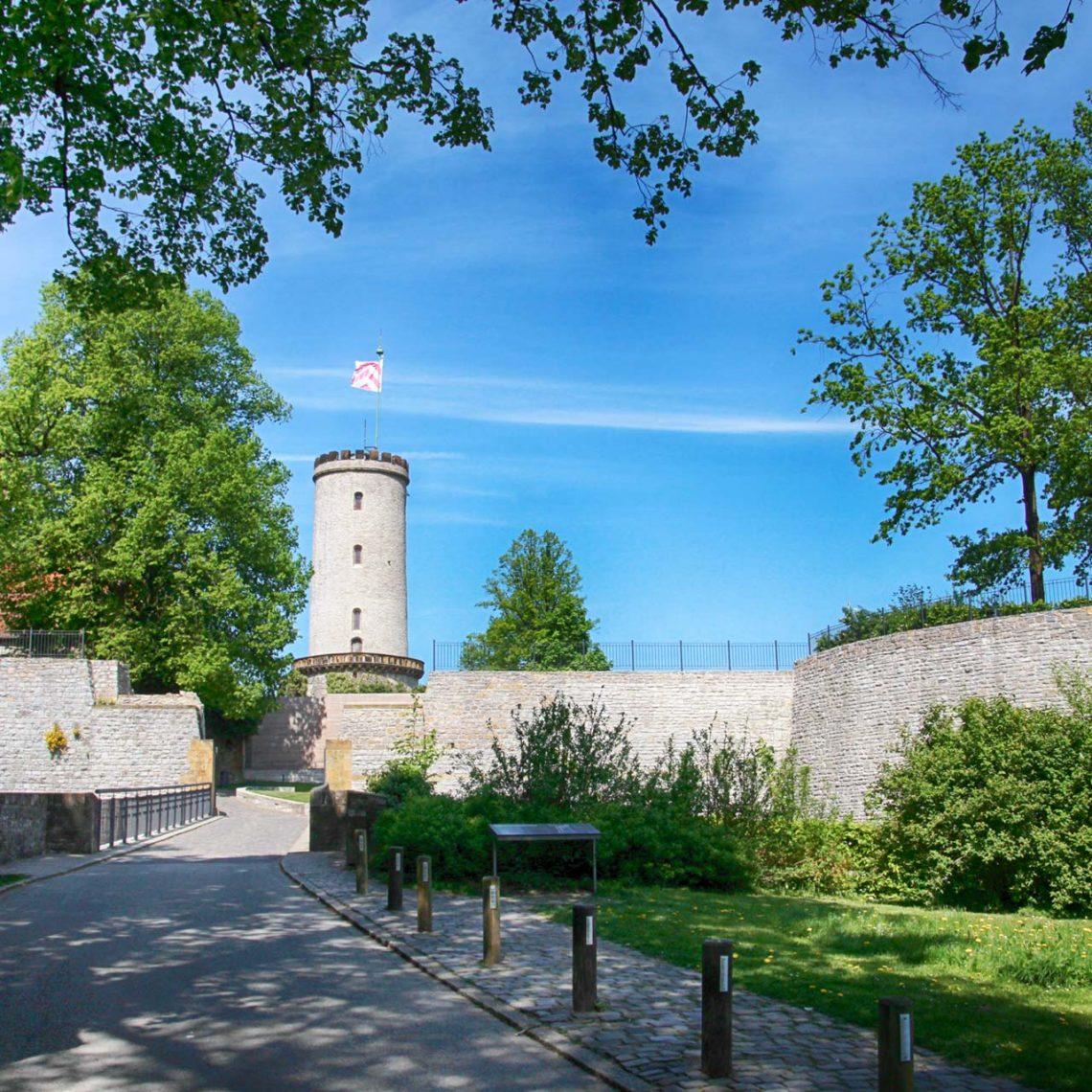 Voller Vorfreude erklimme ich den kurzen Aufstieg zur Burg Sparrenberg und erfreue mich an liebevoll restaurierten Gemäuern.