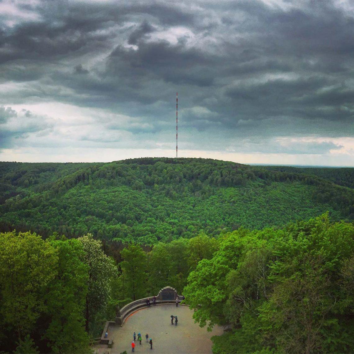 Der Blick vom Hermannsdenkmal über den Teutoburger Wald ist schier schnörkellos. Und schön.
